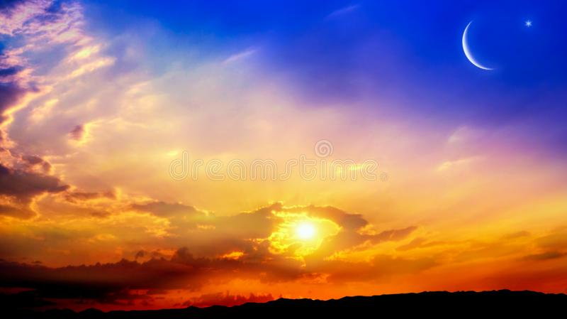 Серповидная луна с красивой предпосылкой захода солнца r стоковые фото