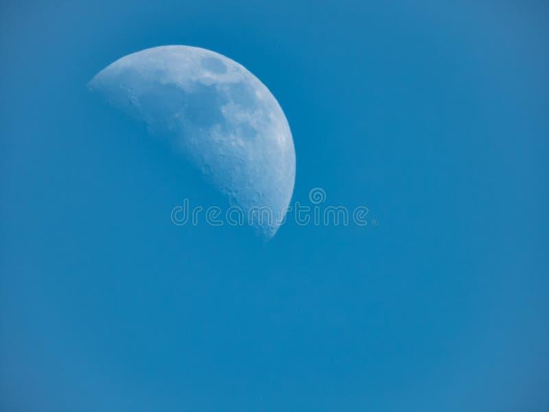 Серповидная луна с ясной видимостью показывает много кратеров на пове стоковое изображение