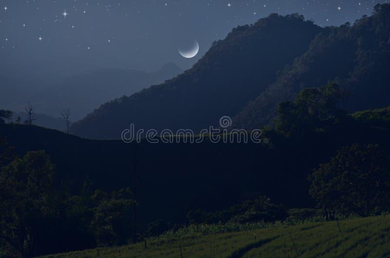 Серповидная ноча над горами и долинами стоковая фотография