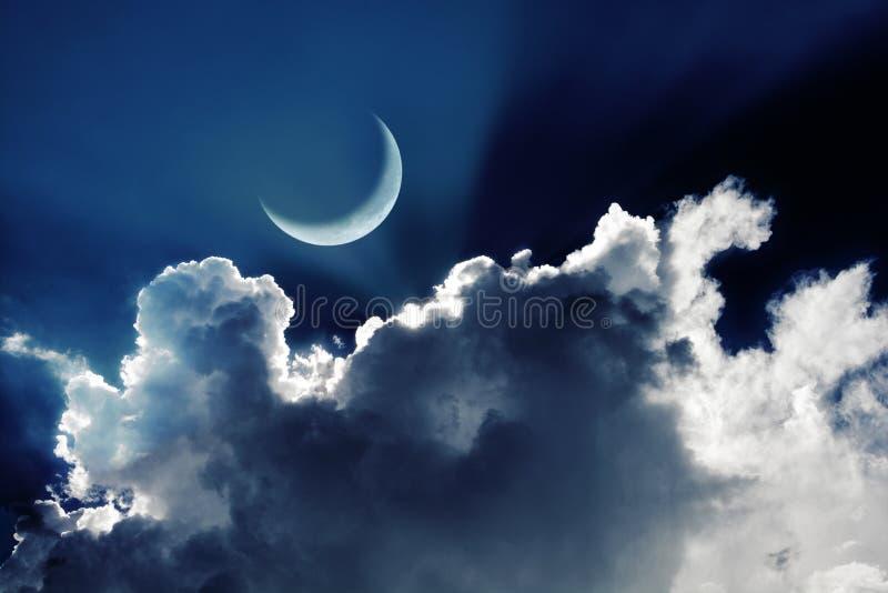 Серповидная луна в красивом ночном небе с накалять заволакивает стоковое фото rf