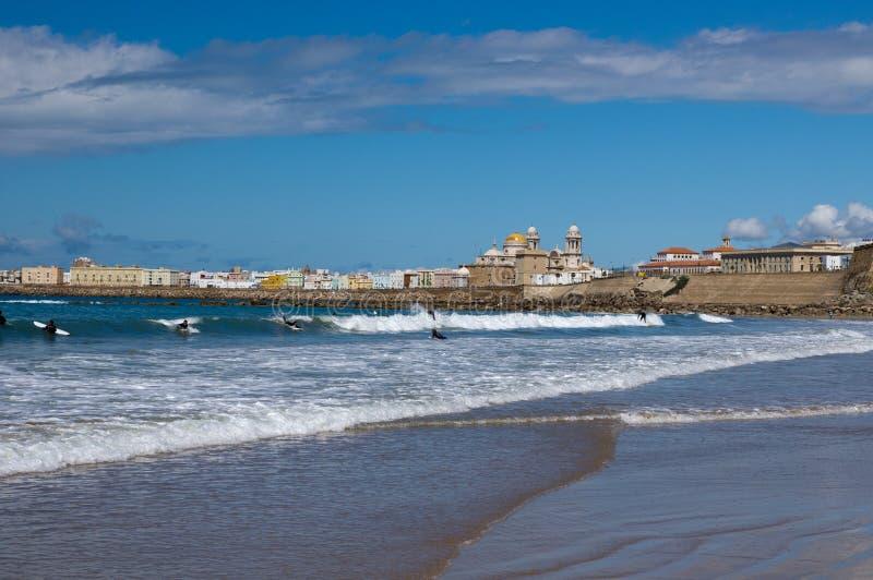 Серферы на ветреном пляже Кадиса стоковая фотография