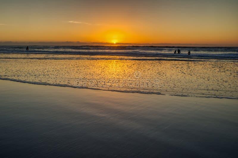 Серферы последний остальной свет солнца на пляже миссии стоковые фото