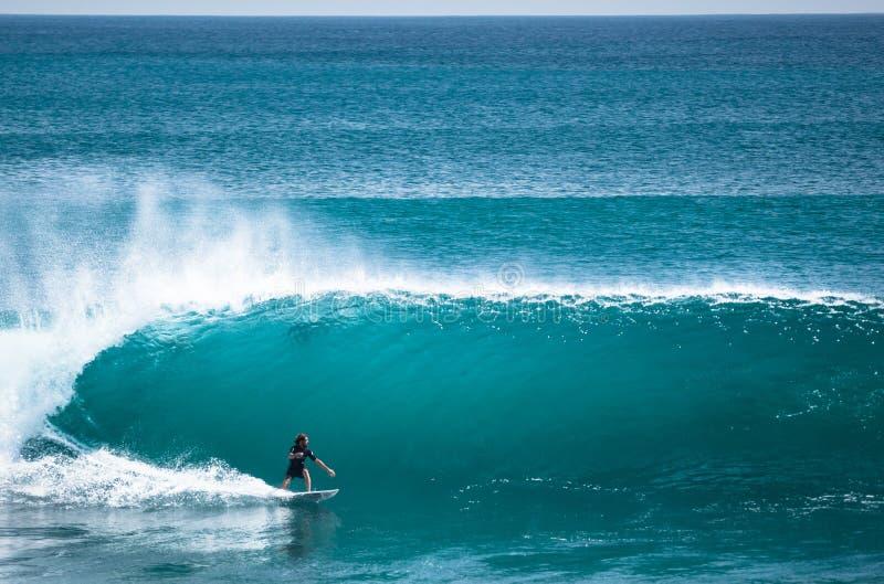 Серфер ехать большая волна в Бали стоковое изображение