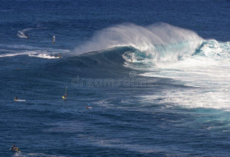 Серфер на Peahi или челюсти занимаются серфингом пролом, Мауи, Гаваи, США стоковые изображения