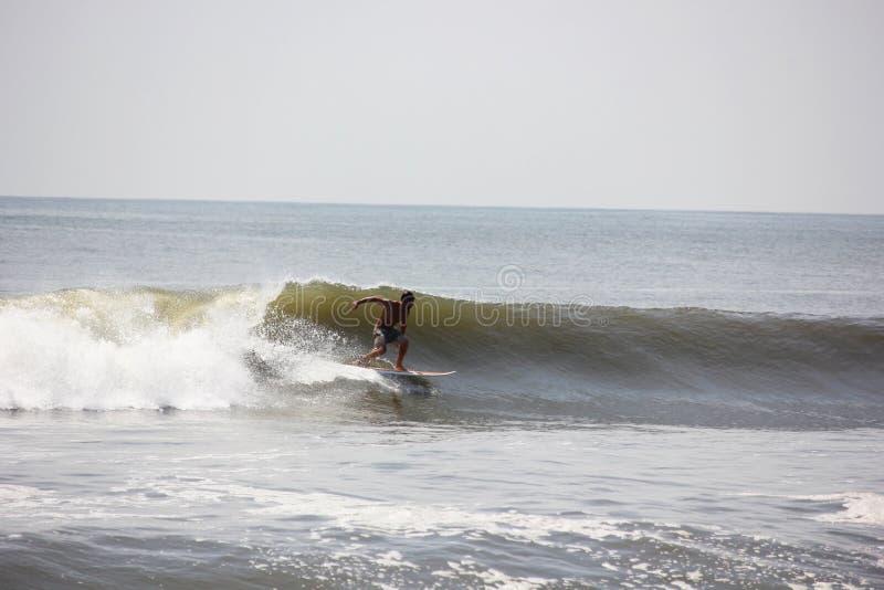 Серфер улавливая волну в океане стоковое фото rf