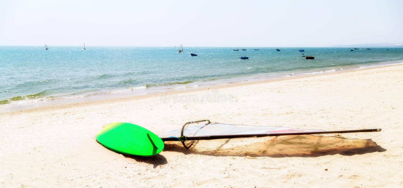 Серфинг в пляже моря на лете стоковые фотографии rf