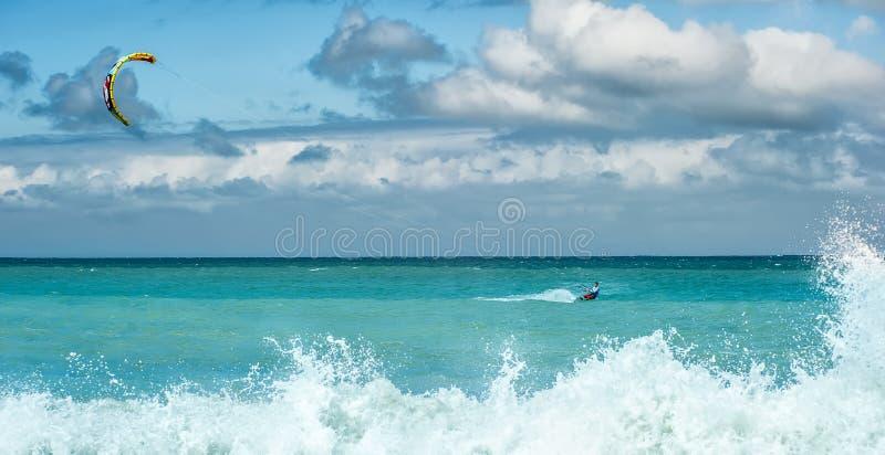 Серфинг змея - мероприятия на свежем воздухе водных видов спорта лета стоковое фото