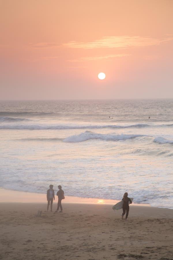 Серфинг на пляже; Биарриц стоковые изображения rf