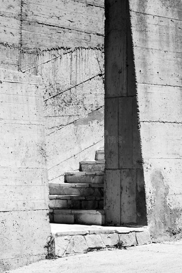 Серые бетонные стены и лестницы стоковое изображение
