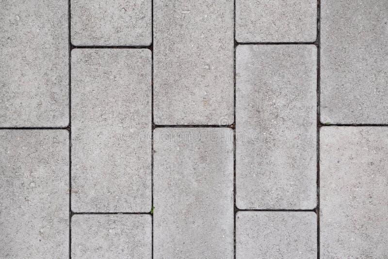 Серые вымощая плиты положенные в прямые строки r стоковые изображения