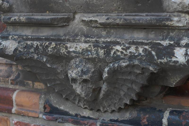 Серые детали перед зданием церкви стоковое фото