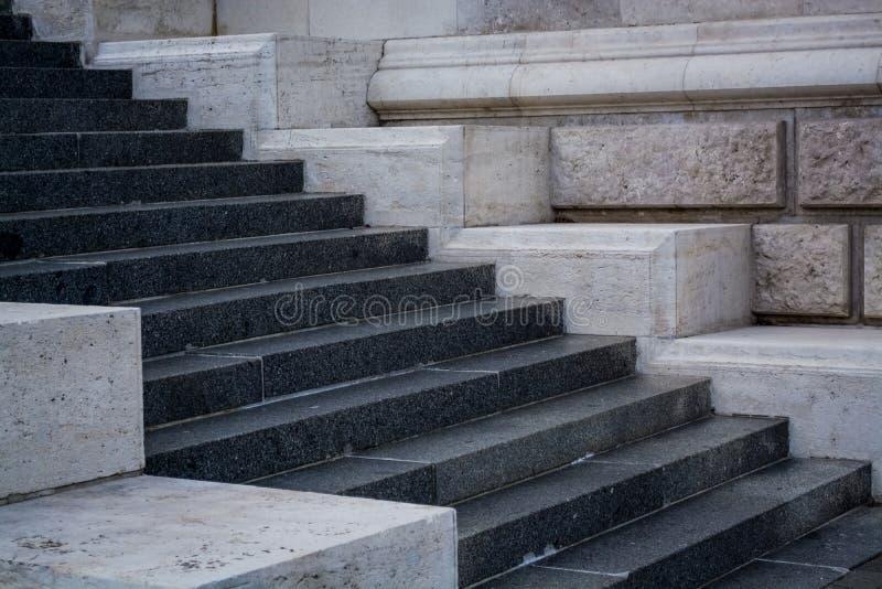 Серые и monophonic конкретные шаги Каменные стены Старая архитектура ( стоковые фото