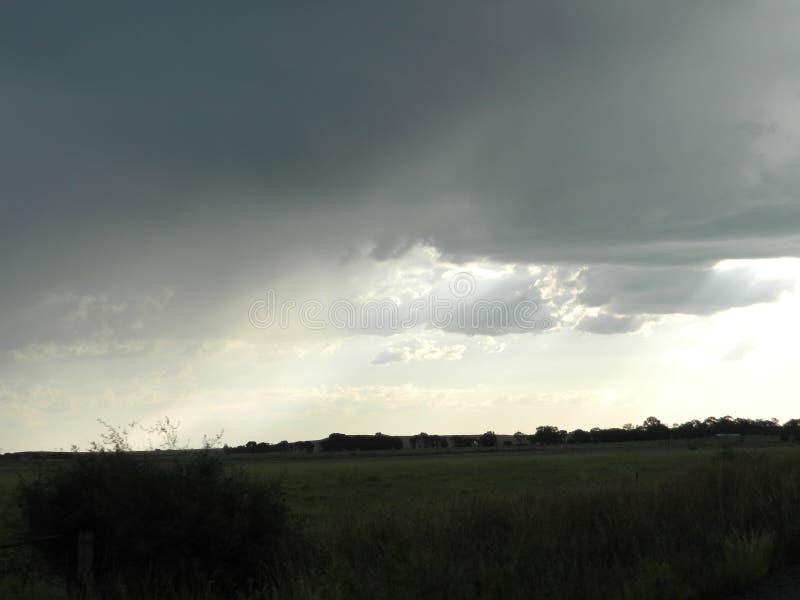 Серые облака при солнце светя стоковая фотография rf