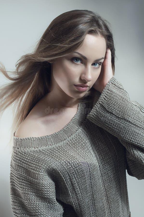 серые связанные детеныши женщины свитера стоковое фото rf