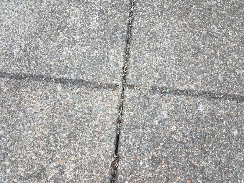 Серые цемент или мостовая с утесами и камешками стоковые фото