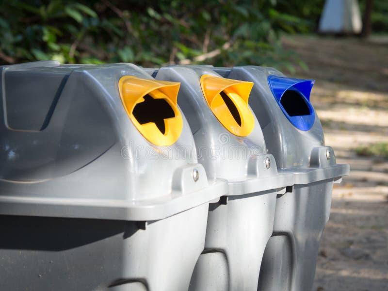 Серые ящики для ненужный сортировать в общественном парке в Бангкоке Таиланде пластмасса принципиальной схемы бутылок рециркулиру стоковое изображение rf