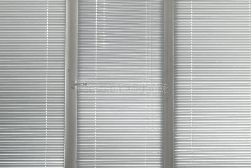 Серый горизонтальный jalousie в окне стоковые фото