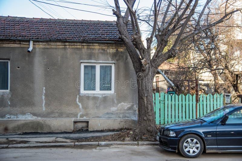 Серый дом с зеленой загородкой стоковые фотографии rf