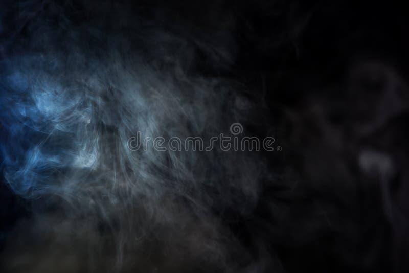 серый дым табака с голубым светом стоковые изображения rf