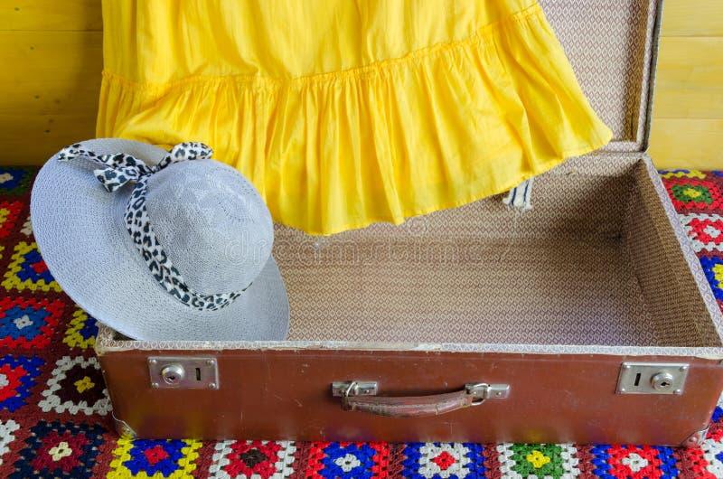Серый желтый цвет чемодана шляпы femalee одевает часть стоковая фотография rf