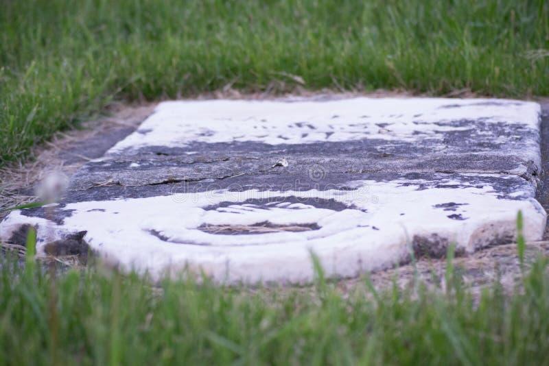 Серый и белый надгробный камень погоста стоковые изображения rf