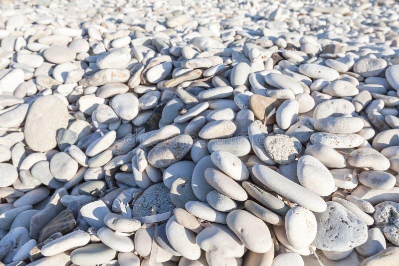 Серый камешек с голубыми тенями на морском побережье стоковые фото