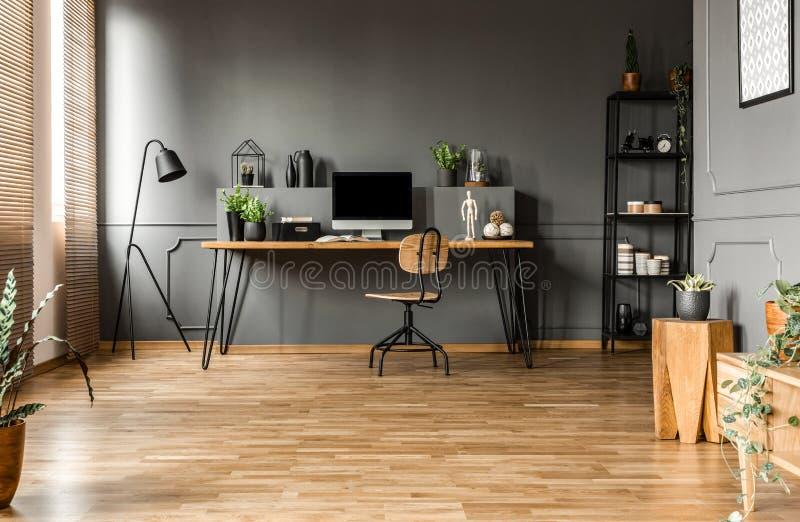 Серый просторный интерьер домашнего офиса стоковое фото rf