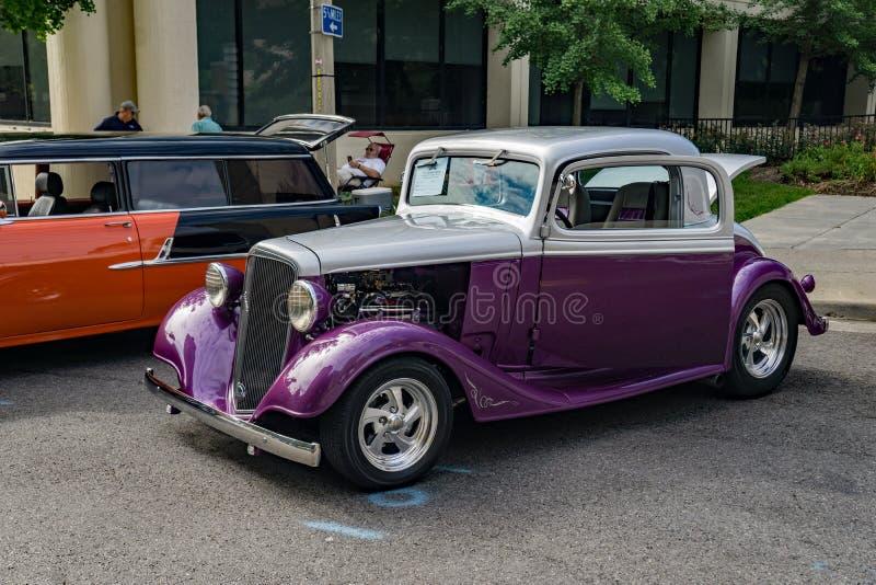 1934 серый цвет и пурпурный переворот Шевроле стоковая фотография rf