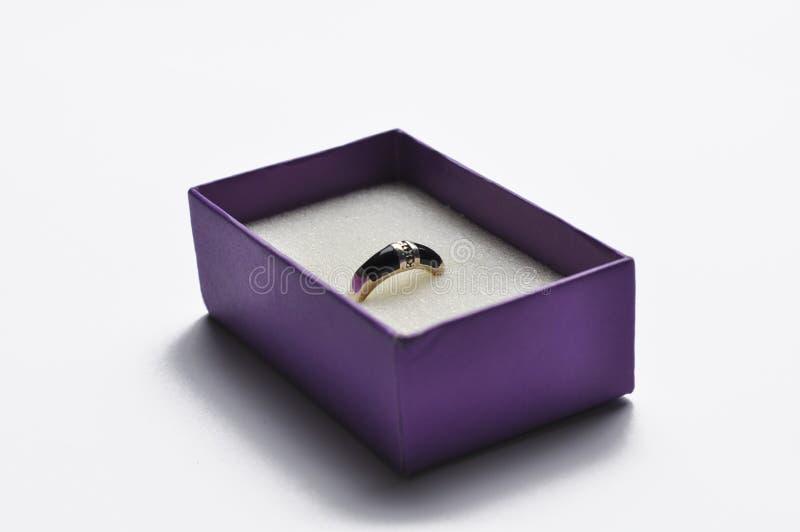 Серьги в пурпурной коробке изолированной на белой предпосылке r стоковая фотография rf