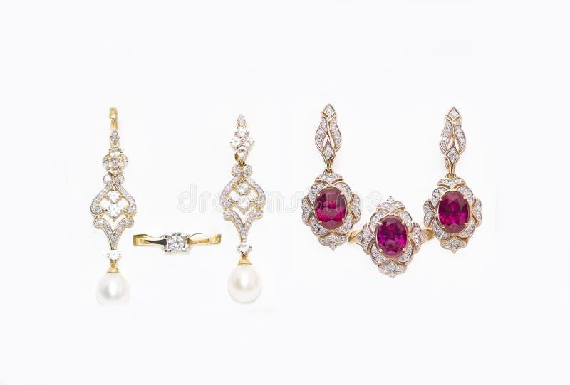Серьги и кольца золота с диамантами и рубинами стоковые фото