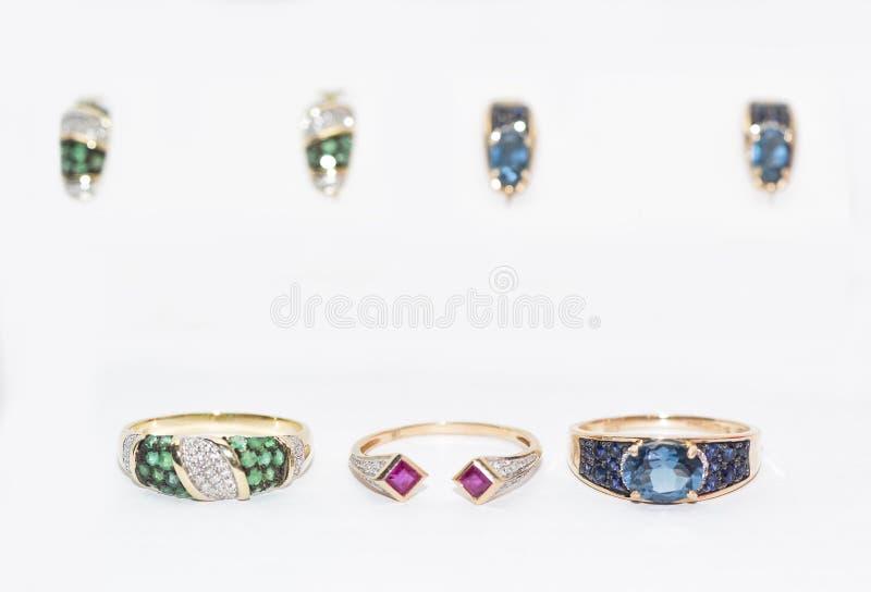 Серьги и кольца золота с реальными рубинами, изумрудами, сапфирами стоковая фотография rf