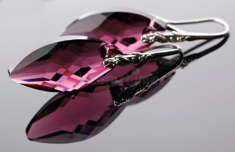 Серьги от окисленного серебра с кристаллом стоковое фото