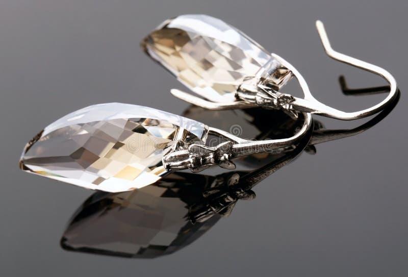 Серьги от окисленного серебра с кристаллом стоковые фото