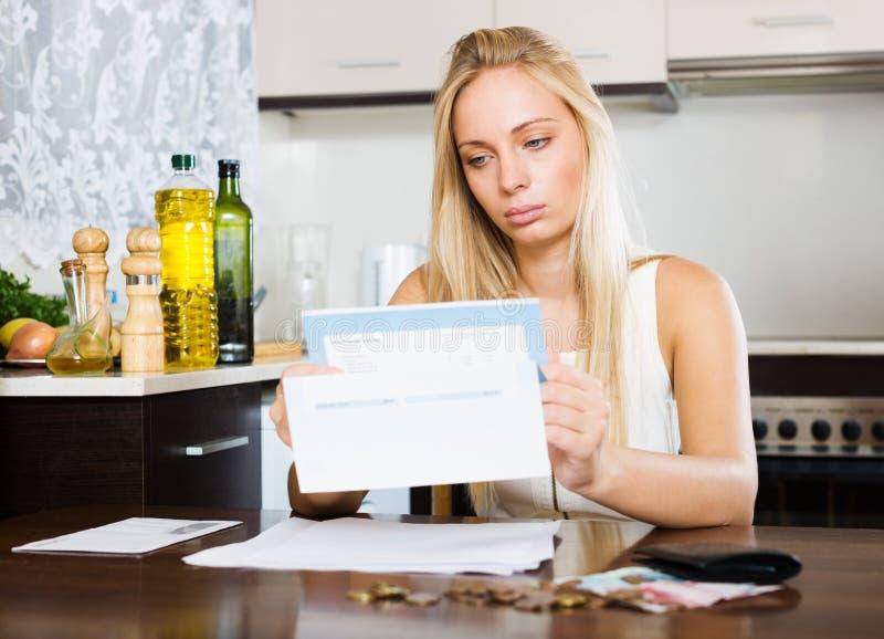 Серьезная белокурая девушка с деньгами и документами стоковые изображения