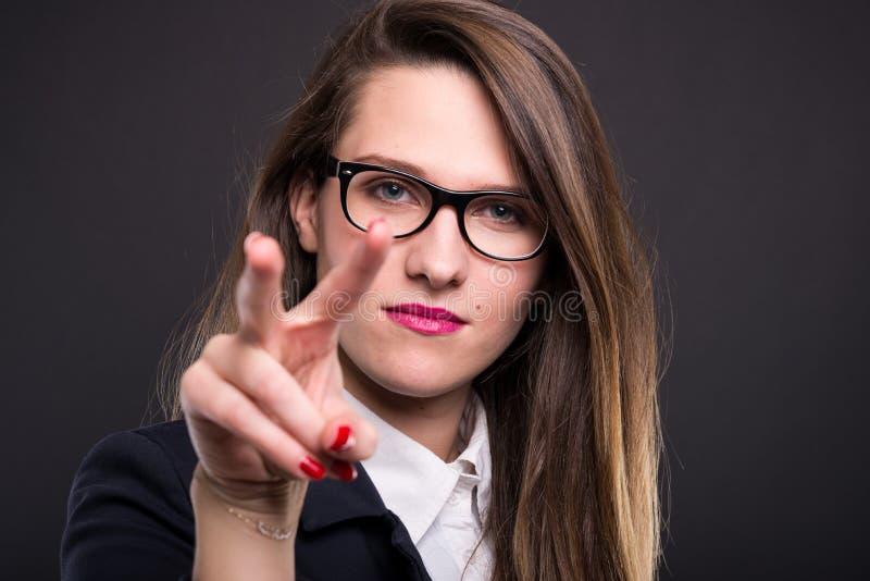 Серьезная бизнес-леди держит глаза на вас стоковое фото rf