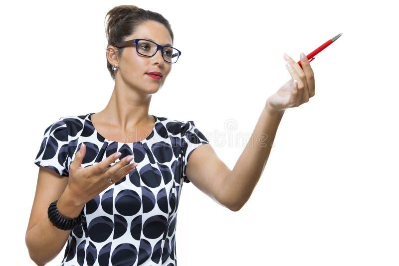 Серьезная женщина в платье держа ручку шариковой авторучки стоковые изображения rf