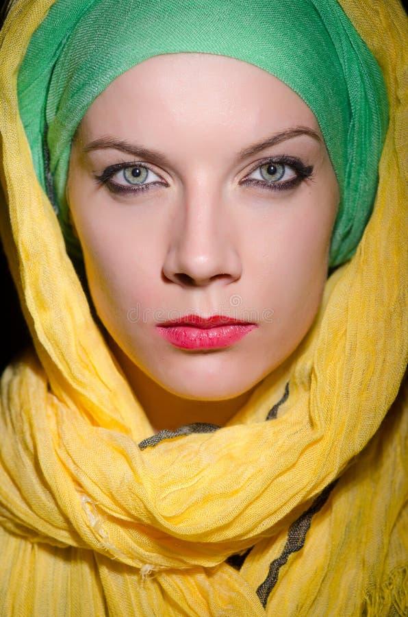 Серьезная женщина нося красочный головной платок стоковое фото rf