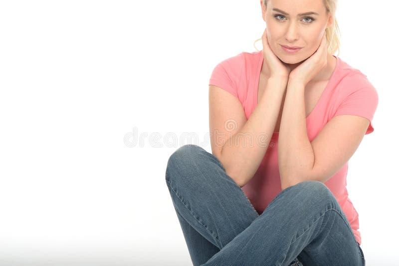 Серьезная заботливая привлекательная молодая женщина смотря ослабленный стоковые фото
