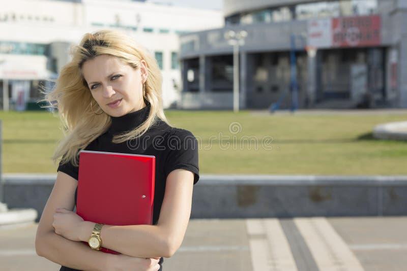 Серьезная коммерсантка с папкой стоковые фото