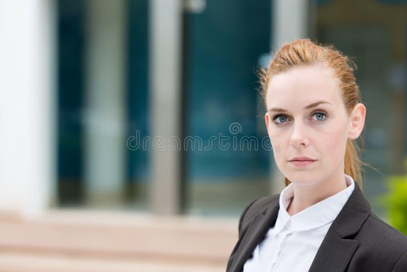 Серьезная молодая коммерсантка стоковое фото rf