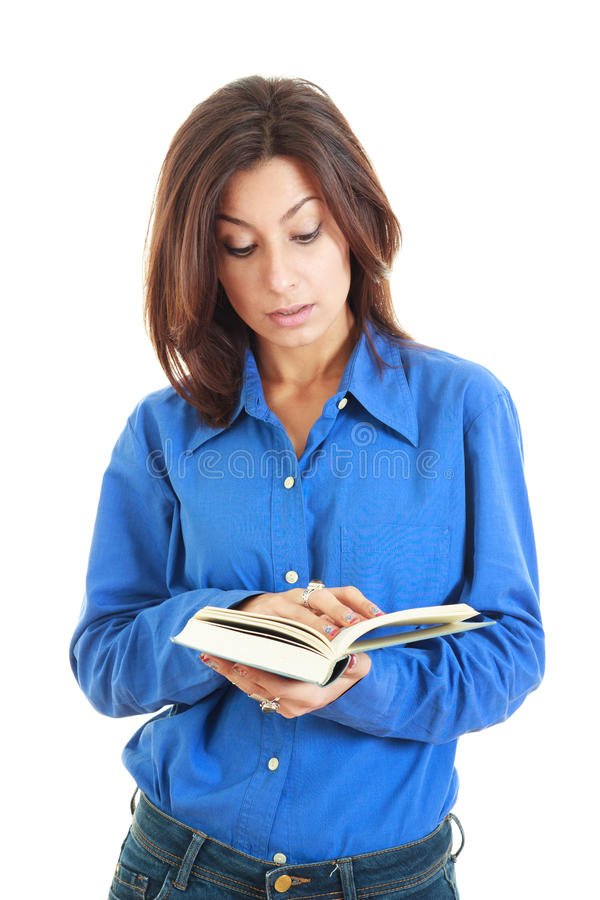 Серьезная молодая красивая женщина держа открытую книгу стоковые изображения