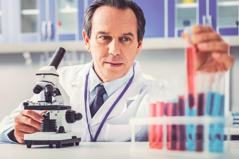 Серьезное смотря относят чувство biotechnologist, который стоковые фотографии rf