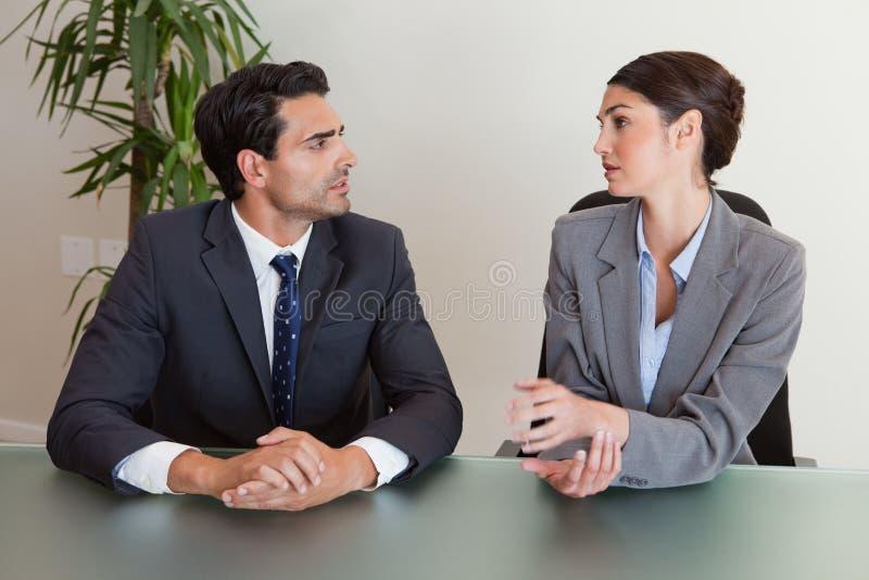 Серьезные бизнесмены обсуждая стоковое фото rf
