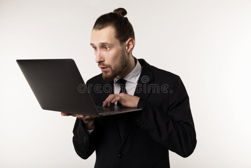 Серьезные бородатые бизнесмен или учитель в черном столбе чтения костюма на тетради стоковые фотографии rf