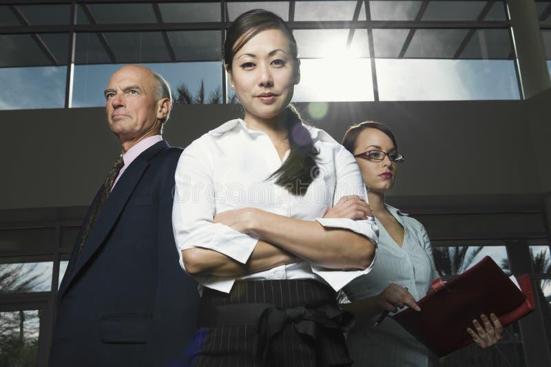 Серьезные многонациональные предприниматели стоковая фотография rf