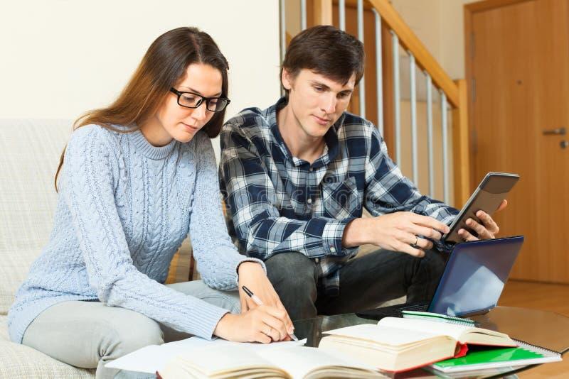 Download Серьезные студенты подготавливая для экзамена совместно Стоковое Изображение - изображение насчитывающей прибор, bonnet: 40592007