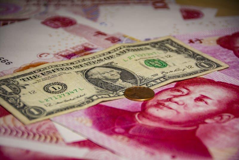 Серьезные торговое напряжение или торговая война между США и Китаем, финансовой концепцией: стоковая фотография rf