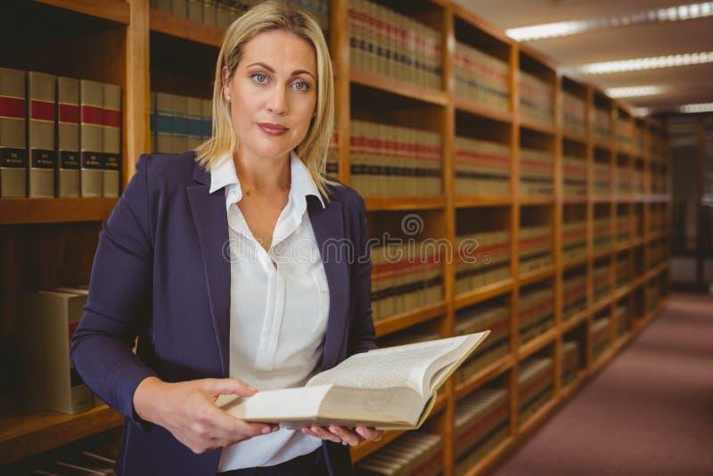Серьезный библиотекарь читая книгу стоковая фотография rf
