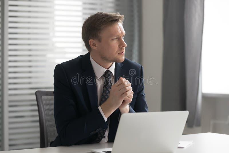Серьезный внимательный бизнесмен чувствует что сомнительный отнесл о проблеме дела стоковые фотографии rf