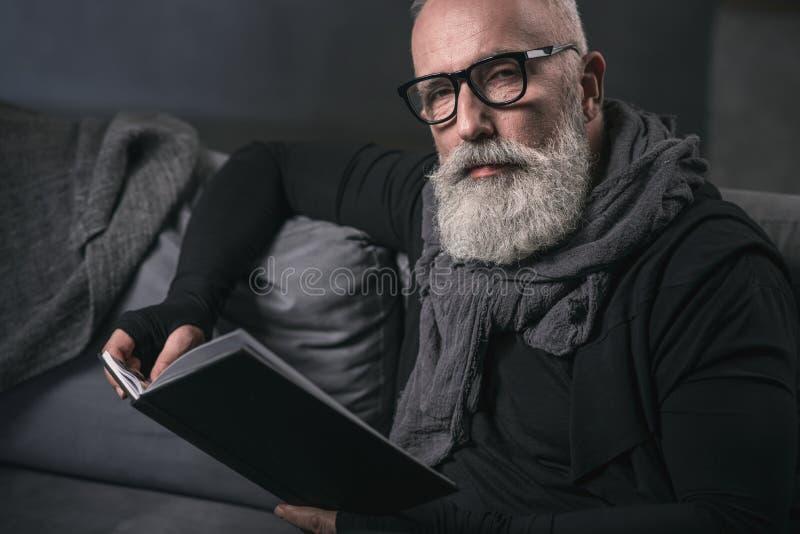Серьезный выбудьте книгу мужского чтения интересную стоковые изображения